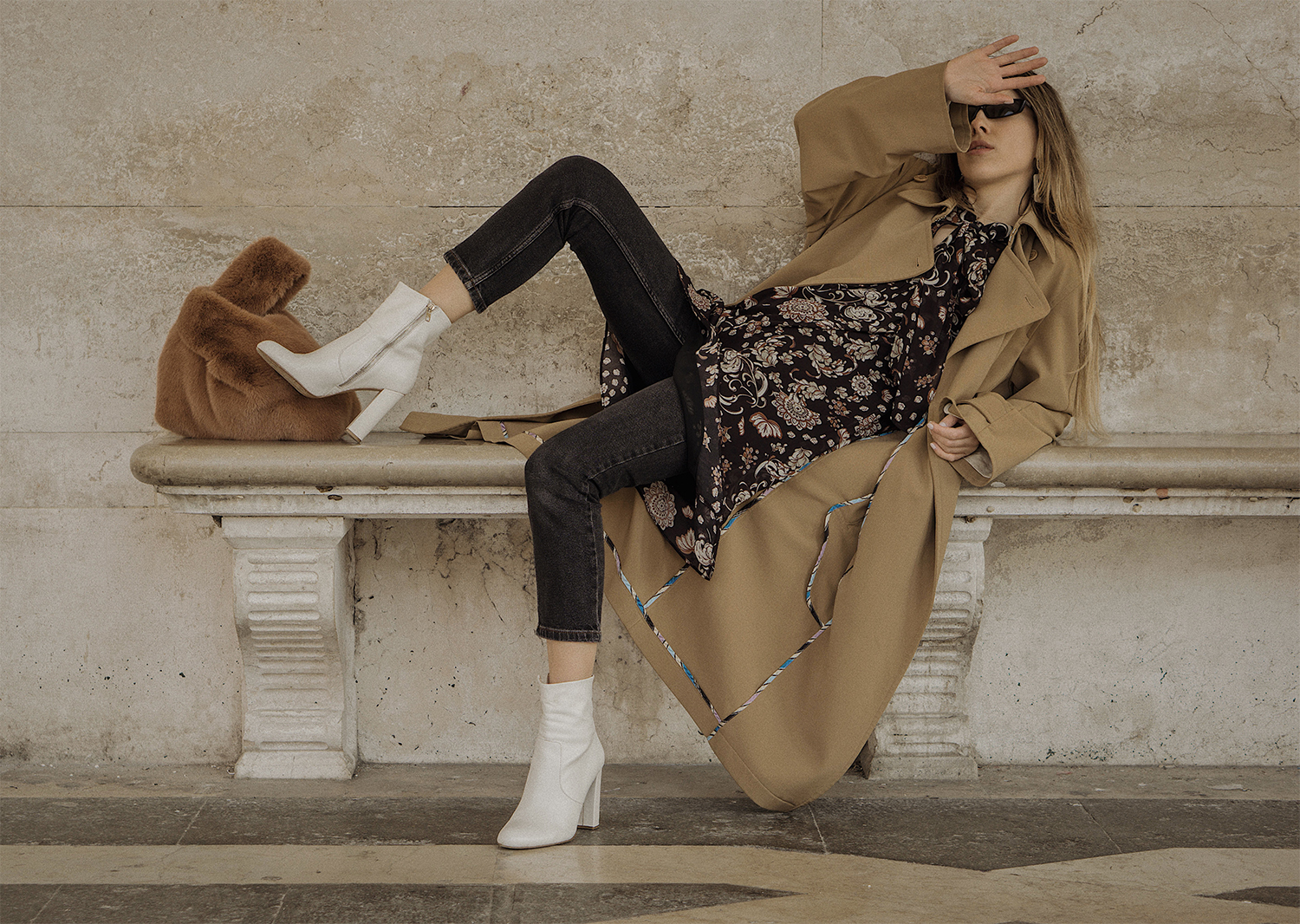 trench_coat_white_boots_dress_with_jeans_venice_italy_fur_bag_fashion_lenajuice_thewhiteocean_01