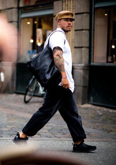 ライトブラウンキャスケット×白半袖シャツ×黒ワイドパンツ×黒スニーカー