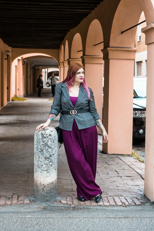 outfit curvy plus size pantaloni palazzo viola e blazer principe di galles (10)