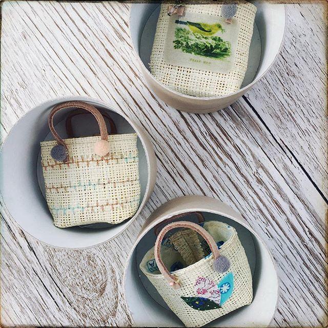 More little rafia bags #miniature #dollsaccessories #blythefashion