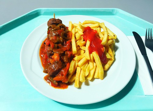 Ground meat skewer with bell pepper sauce & french fries / Hackfleischspieß mit Zigeunersauce & Pommes Frites