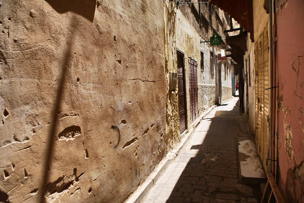 Se repérer : Ruelle de la médina de Fès au Maroc.
