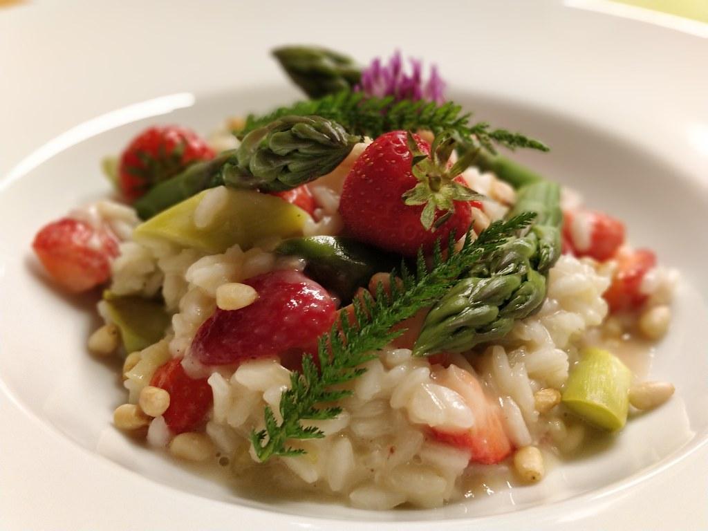 Spargel-Risotto mit Erdbeeren
