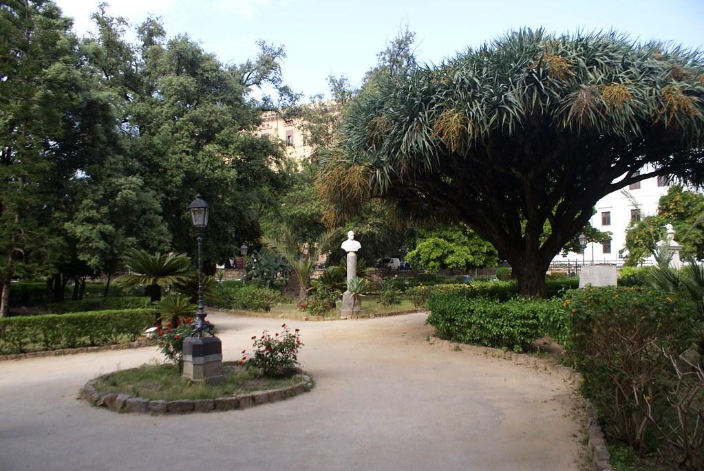 Statue de révolutionnaire du 19e dans le charme romantique du Jardin Garibaldi à Palerme