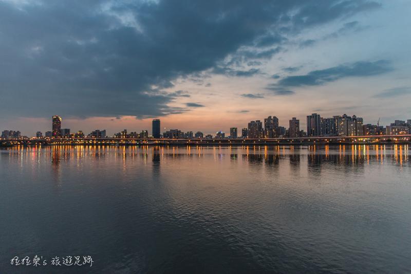 台北 PIER5 大稻埕碼頭河岸特區,迷人夕陽下的貨櫃市集,黃昏時的小天台、河岸邊,每一處都是最浪漫的拍照背景