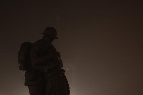 Estátua do Soldado Desconhecido, Nuit et brouillard à Tondela, Portugal
