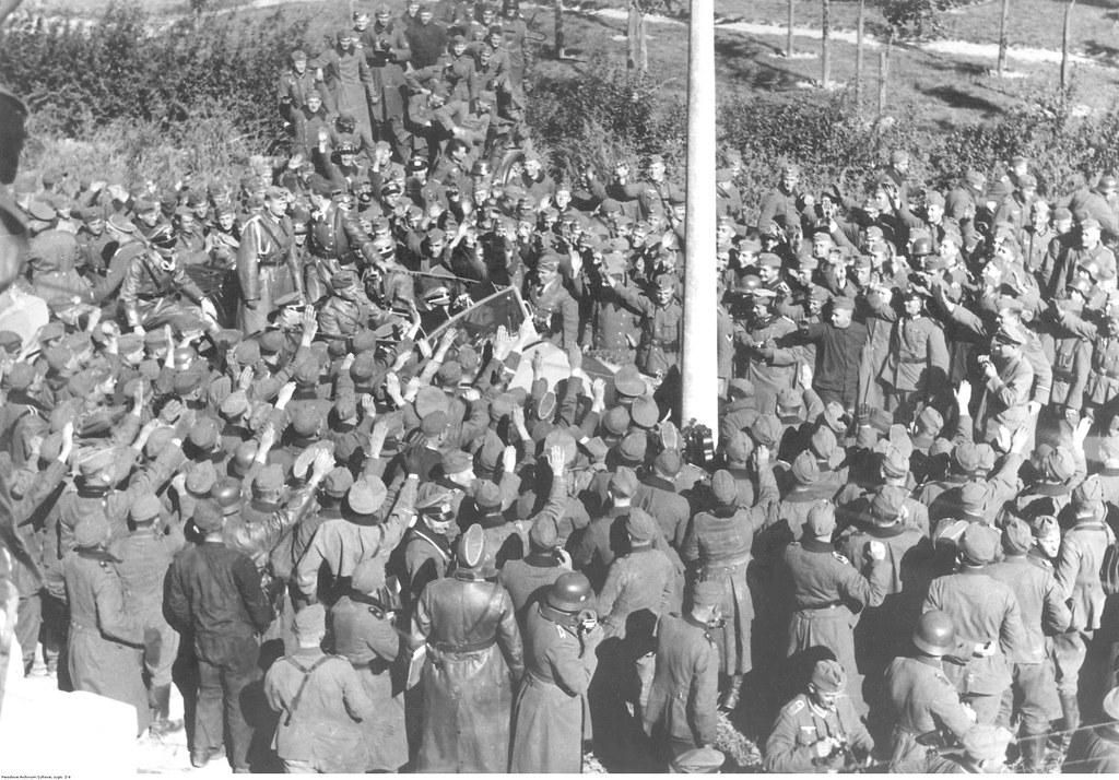 Немецкие войска на Варшавском фронте приветствуют Адольфа Гитлера, едущего на машине