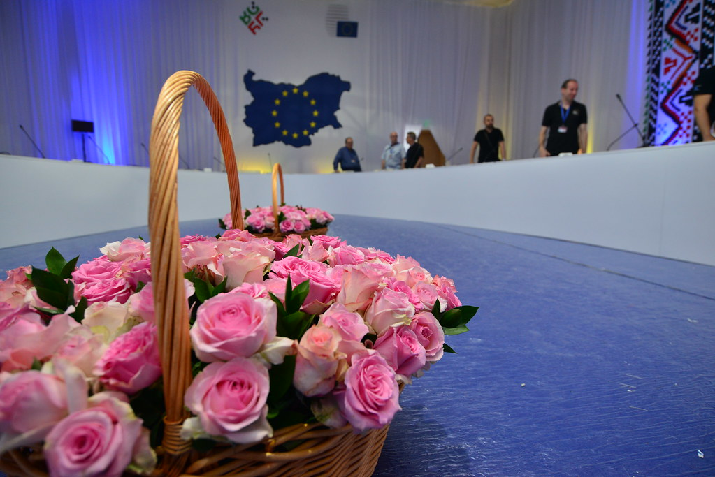 EU leaders dine on a re-board table in cosy atmosphere with a flair of Bulgarian culture