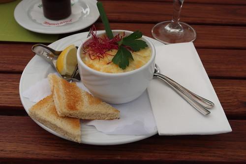 Mit Käse überbackenes Würzfleisch mit Worchester, Zitrone und Toastbrot