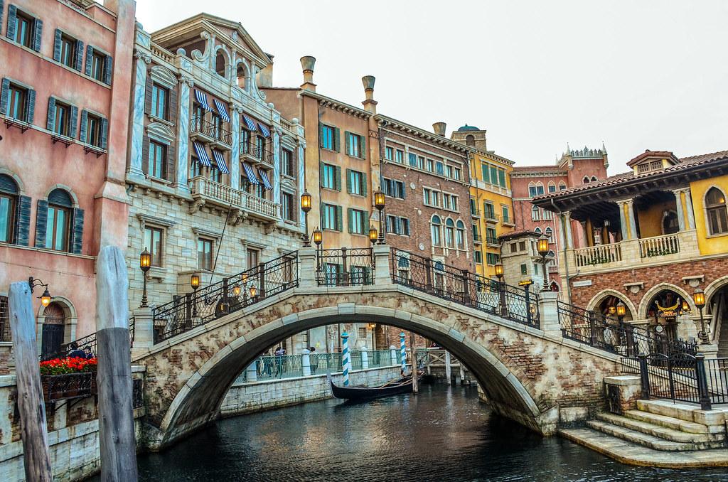 Gondolas canal bridge TDS