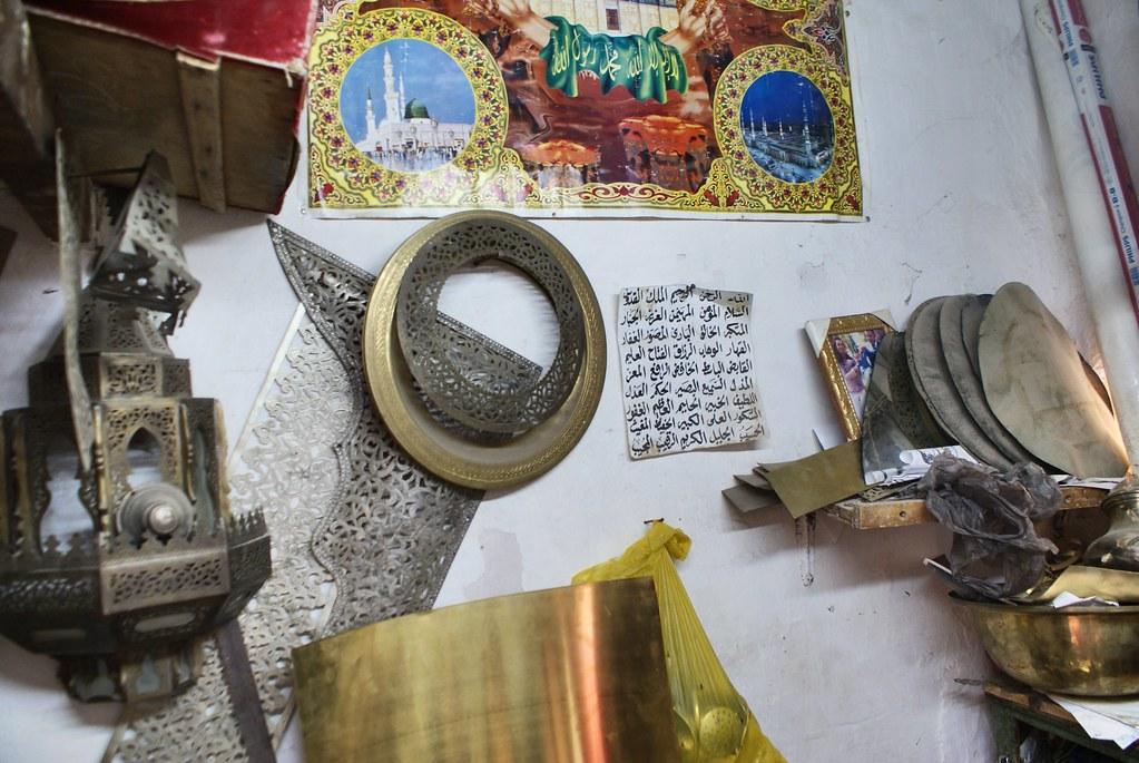Chez le sculpteur sur metal, je ne sais pas si ferrailleur est le bon mot. Dans la Médina de Fès.
