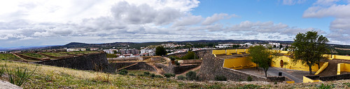 photo elvas portugal frontierfortress fortress fort garrisontown fortifiedtown fortifications wall gate cornergate amoreiraaqueduct aqueduct panorama unescoworldheritagesite unescoworldheritage unesco worldheritagesite worldheritage whs buttress battlement fortification
