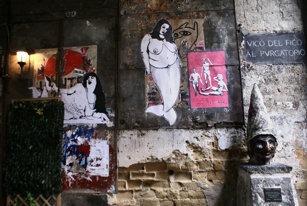 Sirène de Naples dans une ruelle de Naples