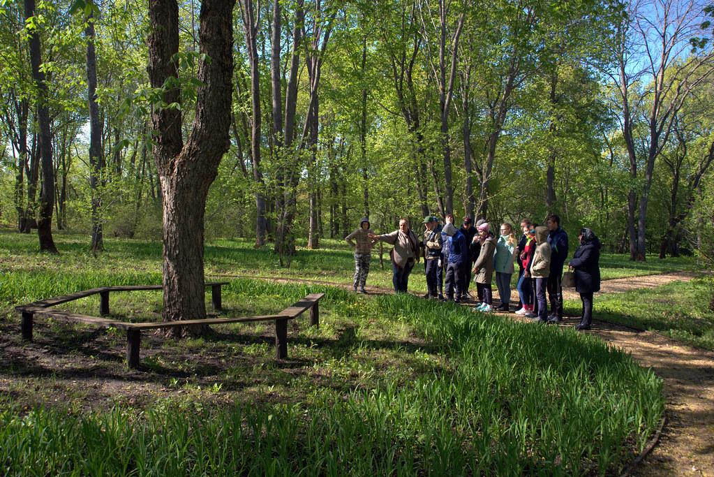 Ученики лермонтовской школы  в Год Волонтера и добровольца в музее «Тарханы» на экскурсии и уборке парка Апалиха