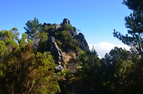 Die Treppen führen zu einer Aussichtskanzel des Zwischengipfels