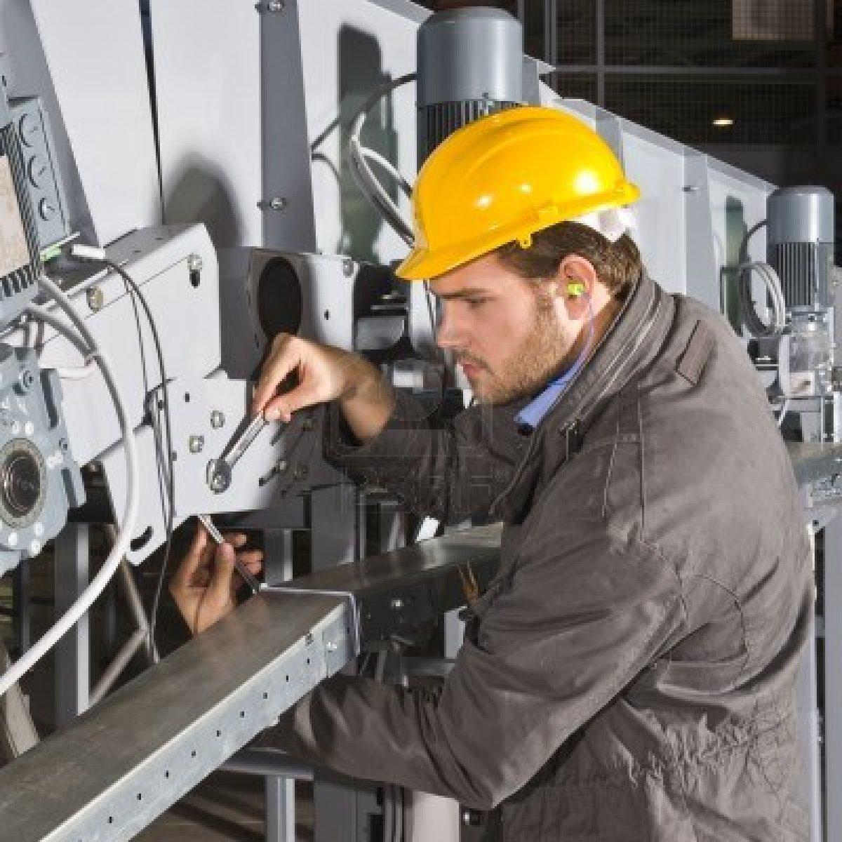 3577052-un-ingeniero-de-mantenimiento-hombres-trabajando-en-un-aparato-industrial