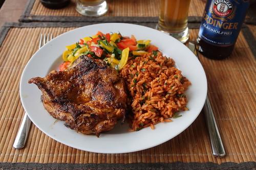 Entbeinter Hähnchenschenkel vom Grill zu Paprika-Salat und Paprika-Reis