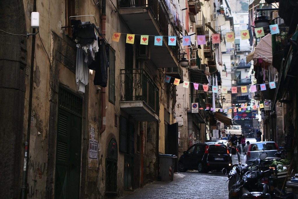 Petits coeurs en guirlande aux Quartiers Espagnols à Naples.