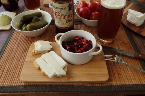 Ziegenbrie und Ziegengouda auf Weißbrot zu Rote Bete Salat