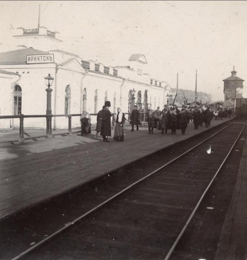 Иркутск. На перроне железнодорожной станции
