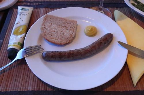 Frische Rindsbratwurst vom Frecklinghof mit Senf und einer Scheibe Kamutbrot