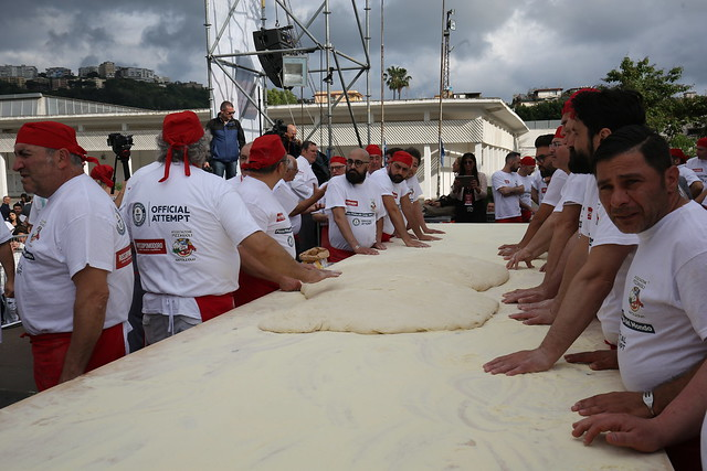 Tuttopizza, a Napoli Guinness World record da 7,15 metri per la pizza fritta