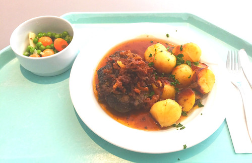 Lumberjack steak with fried onions, gravy & roast potatoes / Holzfällersteak mit Röstzwiebeln, Bratensauce & Röstkartoffeln
