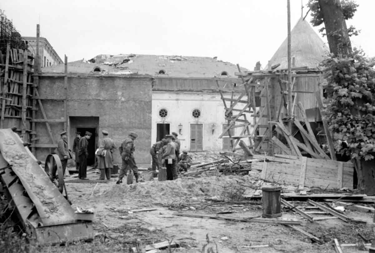 British and Russian troops in the garden of the former Reich Chancellery in 1945. The entrance to the Führerbunker is immediately behind them.