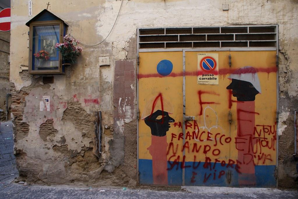 Des soldats (?) dans l'ancienne quartier de garnison des Quartiers Espagnols à Naples