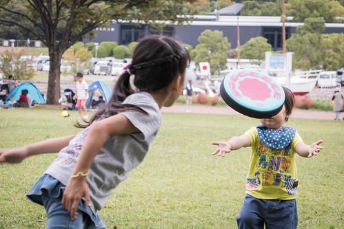作例:ドッヂビーで遊ぶ娘と息子