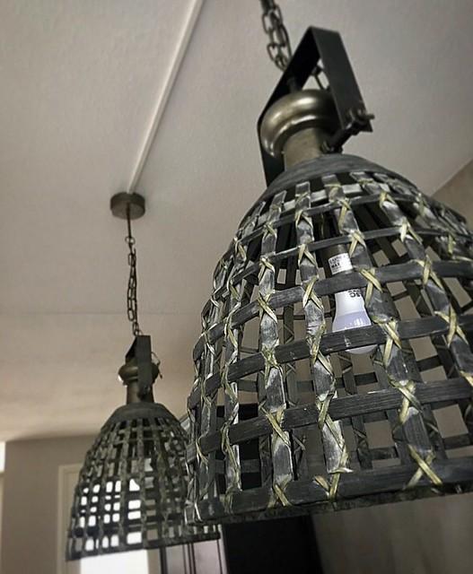 Stoere lampen boven eettafel