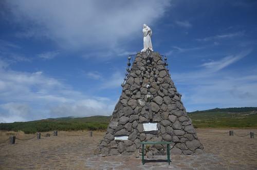 Der Hügel mit der Maria und Kind Statue