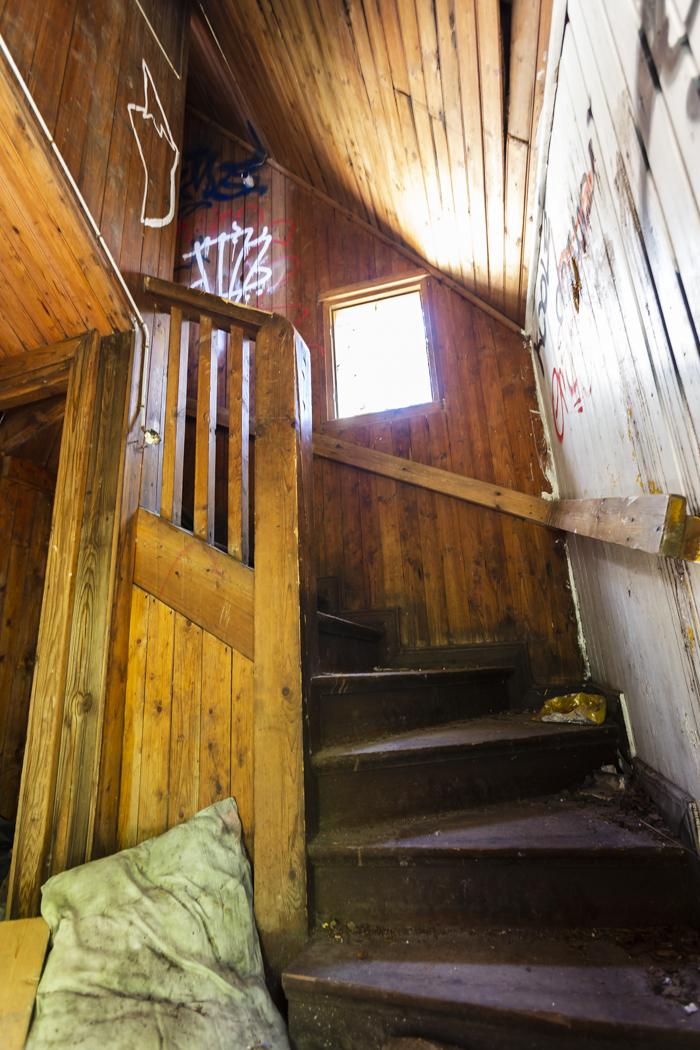 Kruunuvuori huvila autiotalo ue urban exploring vanha portaikko
