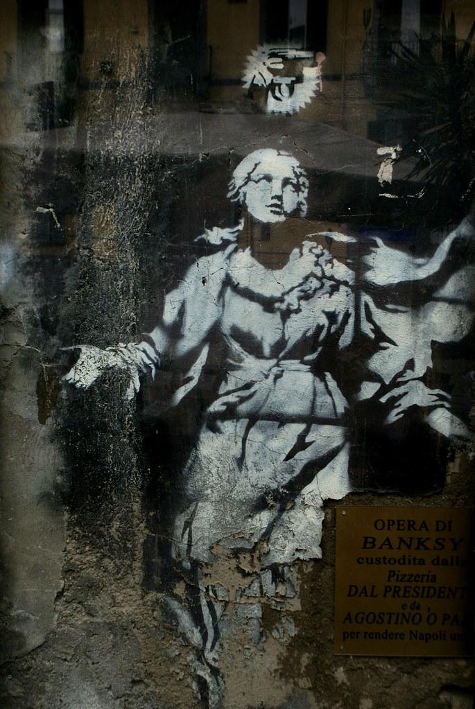 """Oeuvre de Banksy, la """"madone au pistolet"""" dans le centro storico de Naples."""