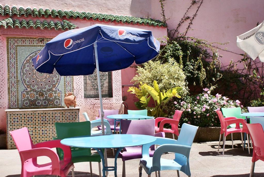 Café jardin de la Noria à Fès avec ses belles couleurs.