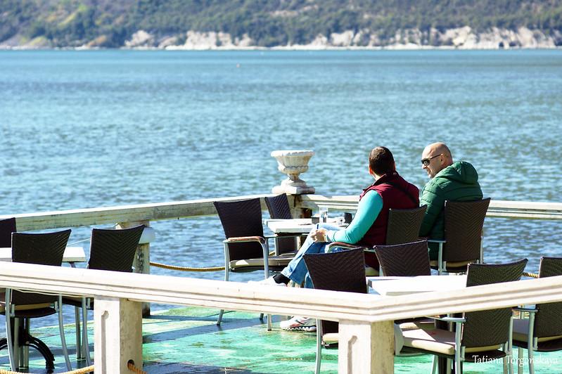 Черногорцы пьют кофе в кафе