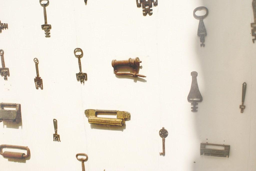 Collection de clefs et de serrures au musée Batha à Fès.