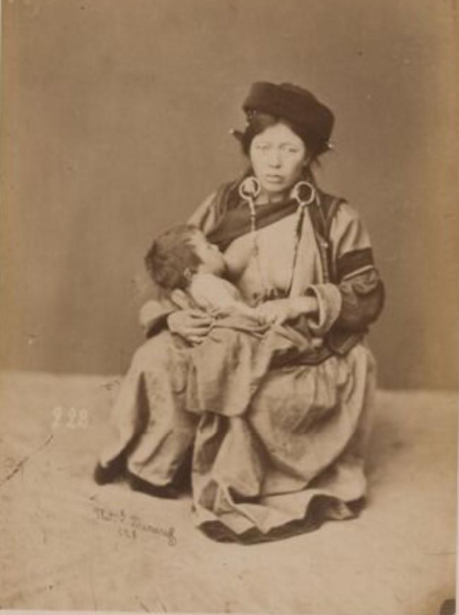 Бедная бурятская женщина кормящая грудью