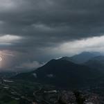 29. Aprill 2018 - 19:14 - Après une nuit passée en Italie, un peu de visite le lendemain et sur le retour une dernière cellule orageuse concerne les Alpes, après un gros orage grêligène à Rivoli. Activité électrique modérée avec parfois de bons impacts proche du village en contrebas.