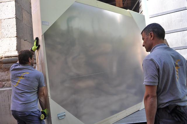 Trabajadores de Feltrero División Arte realizan su trabajo de montaje de una obra de arte.