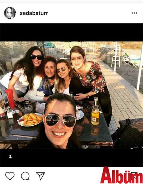 Seda Batur, yakın dostlarıyla birlikte geçirdiği güzel günü 'Yine bir aradayız' notuyla paylaştı.