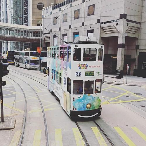 ステキなすれ違い カーブで #香港#金鐘#香港トラム#hongkong#tram #travel#travelphotos