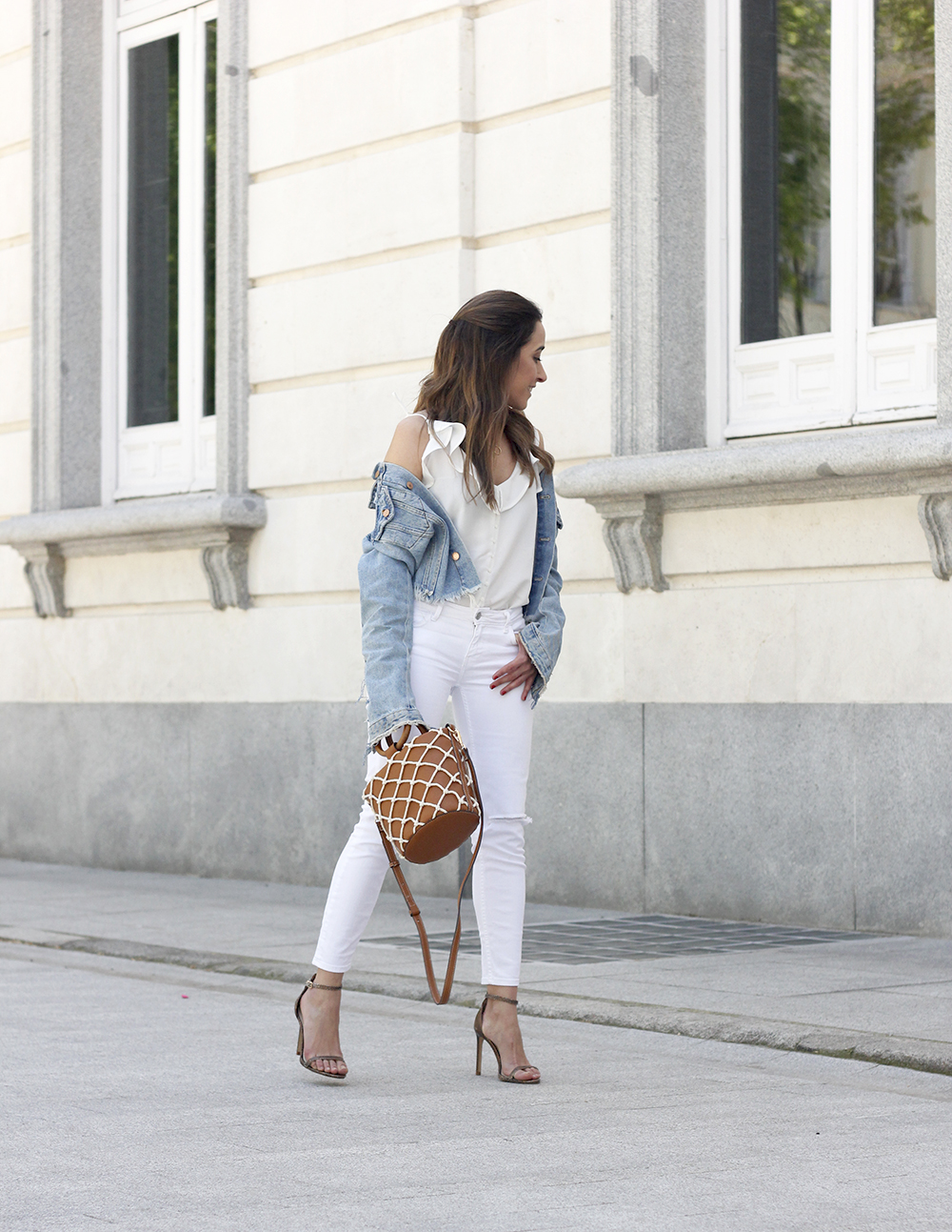 white outfit denim jacket bolso mango spring outfit 201801
