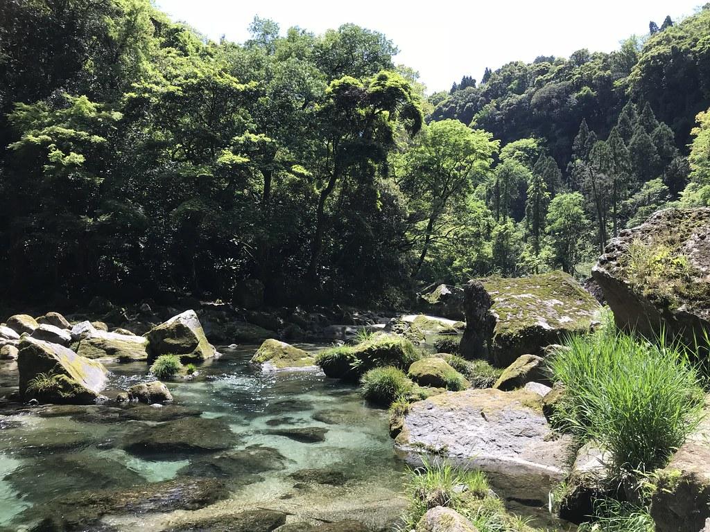 川沿いを抜けて滝を目指す