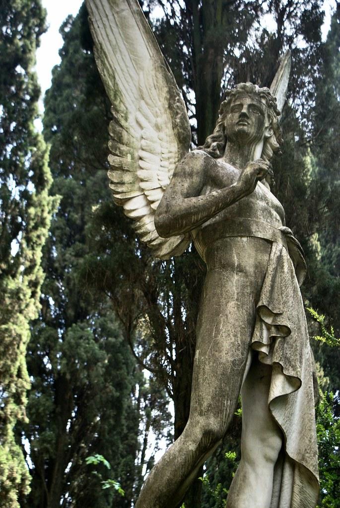 Ange monumental et surpris au cimetière protestant ou non-catholique de Rome.