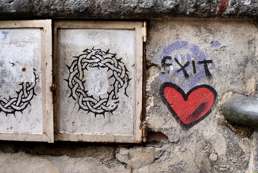 Street art à Naples : Couronne d'épine et coeur, l'essence du christianisme.