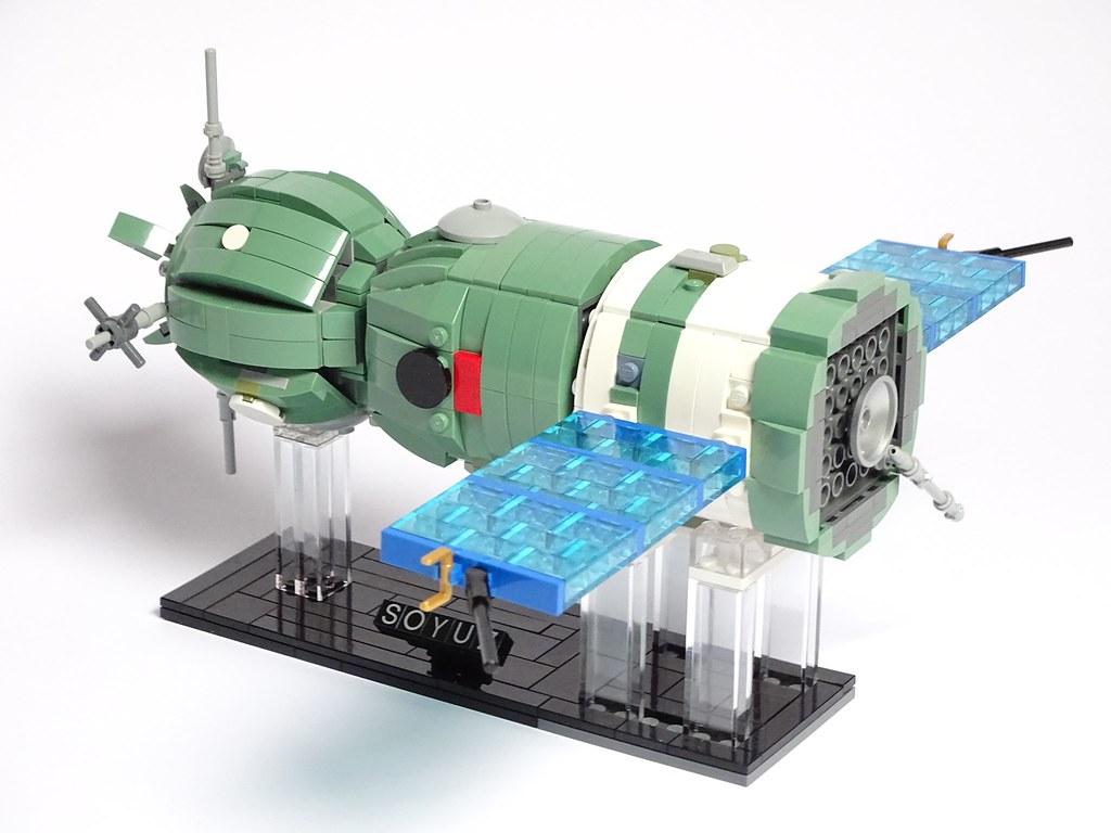 Soyuz 7K-TM (Soyuz 19, ASTP, 1975) LEGO Model 1:32 scale, with interiors, holds 2 cosmonauts minifigures