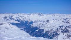 Widok z Piz Palu 3900m na południe. Dolina Val Malenco i miasto Sondrio.