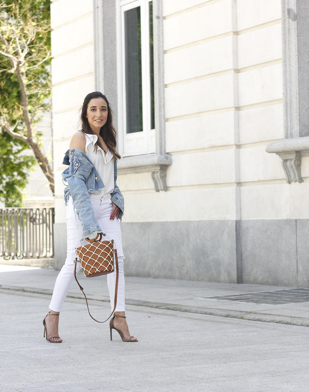 white outfit denim jacket bolso mango spring outfit 201802