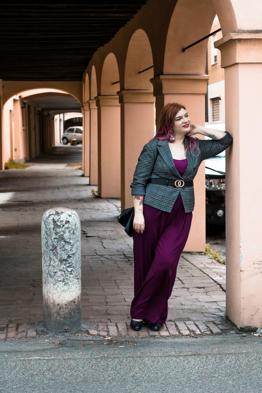 outfit curvy plus size pantaloni palazzo viola e blazer principe di galles (11)